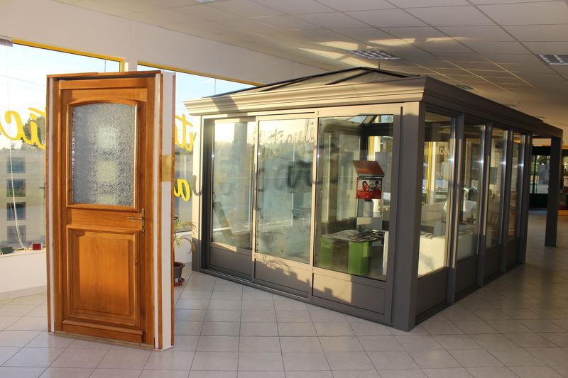 Véranda et porte chêne du hall d'exposition à Vielmur