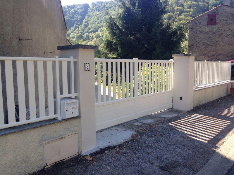 Portail coulissant avec clôture assortie
